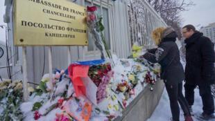 Перед посольством Франции в Москве в первые дни после теракта в редакции Шарли эбдо