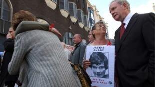 Vítimas do Domingo Sangrento durante a divulgação do relatório sobre o massacre.
