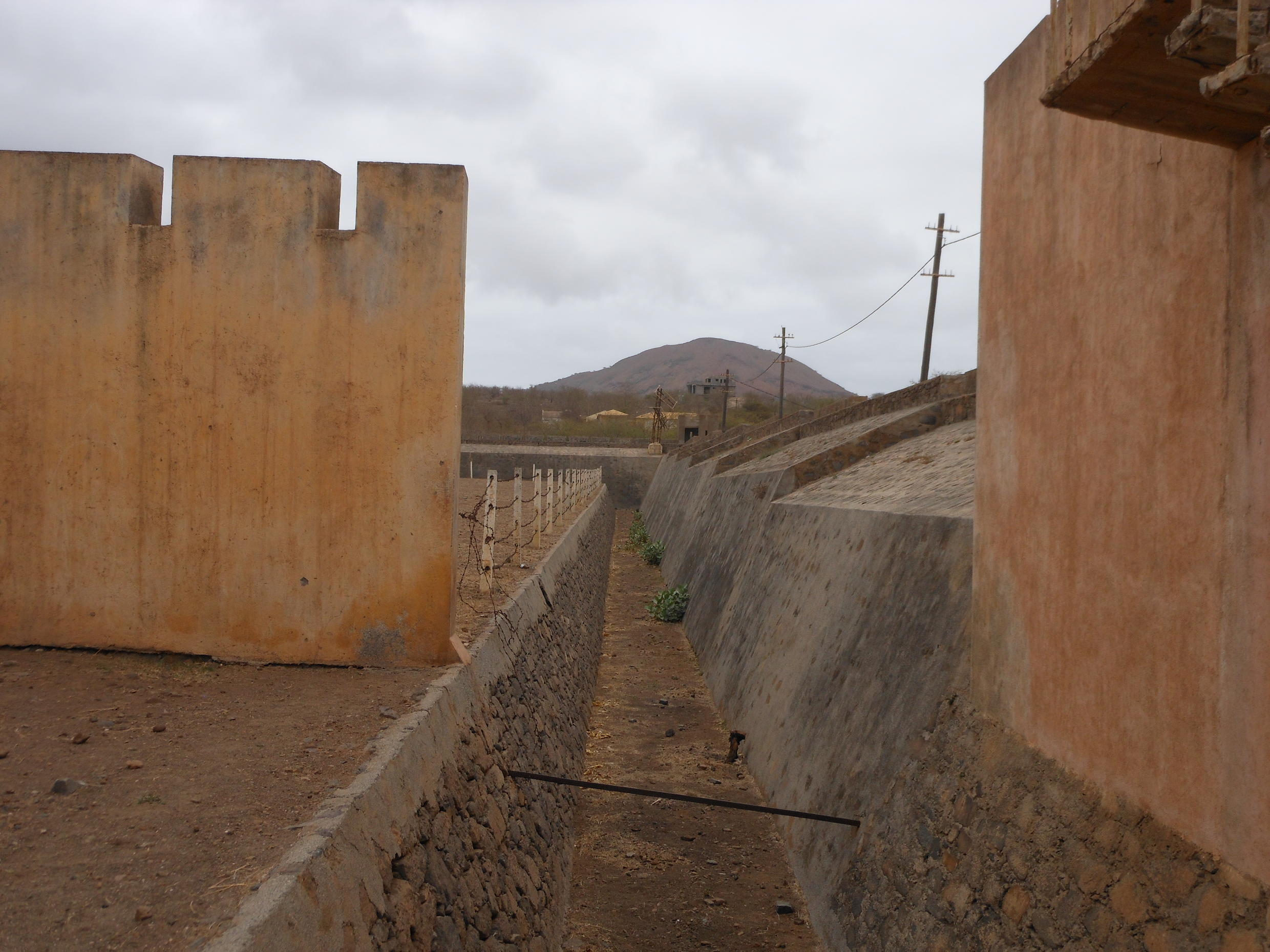 Espessas muralhas e arame farpado encerravam os presos longe dos olhares da vila do Tarrafal