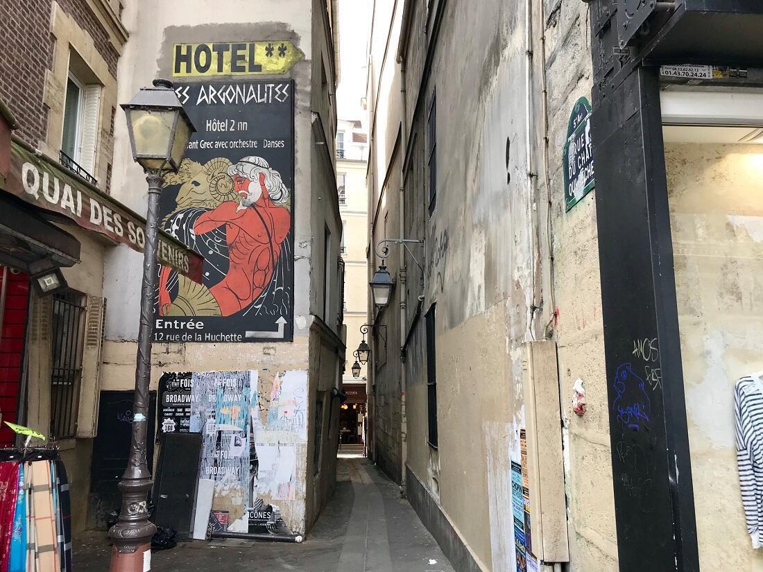 La rue du Chat-Qui-Pêche côté quai Saint-Michel.