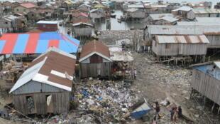 Vue de la partie lacustre de Ladji. Le quartier est souvent assimilé par les Cotonois à un dépotoir géant. Certains habitants achètent les déchets pour remblayer devant chez eux.