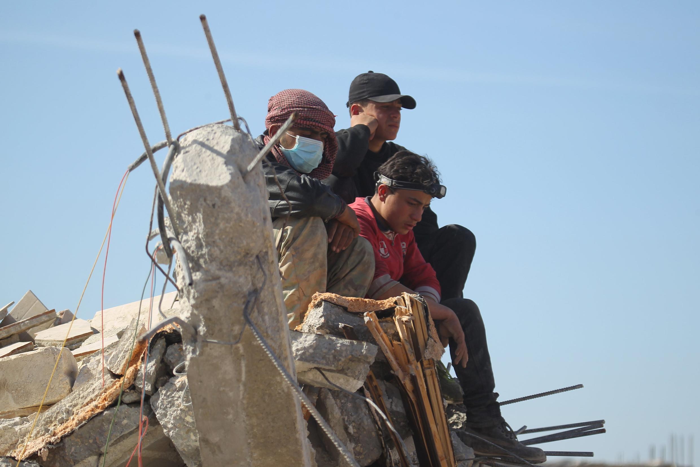 Сирийцы на руинах разрушенной больницы «Врачей без границ», Маарет-эн-Нууман, Сирия, 16 февраля.