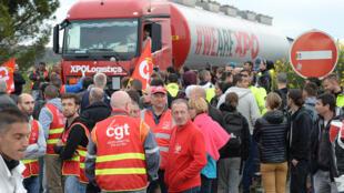 Les membres du syndicat français CGT bloquent l'entrée d'une zone industrielle, à Vitrolles dans le sud de la France. Photo datée du 26 mai 2016.