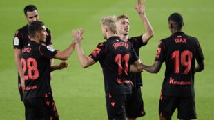 Los futbolistas de la Real Sociedad celebran el gol del delantero belga Adnan Januzaj (#11) que selló el 3-0 en campo del Betis por la liga española en Sevilla, el 18 de octubre de 2020