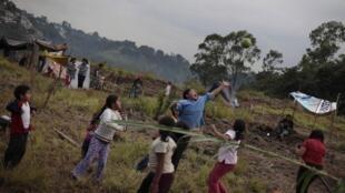 Niños jugando en un campamento ilegal en la ciudad de Guatemala.