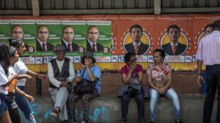 Des affiches électorales placardées sur un arrêt de bus à Antananarivo, le 2 novembre 2018.