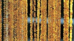 Colliers en ambre sur un étal de marché en Lituanie.