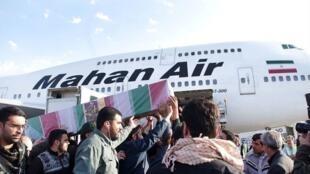 یک هواپیمای ماهان ایر در فرودگاه دمشق به هنگام حمل اجساد کشته شدگان سپاه پاسداران در سوریه