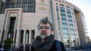 Le journaliste franco-turc Erol Onderoglu, représentant du groupe de défense des droits de l'homme à Reporters sans frontières (RSF), devant le palais de justice d'Istanbul, en Turquie, le 18 janvier 2019.