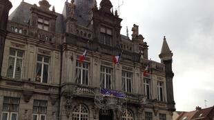 Henin-Beaumont town hall no longer flies the European flag.