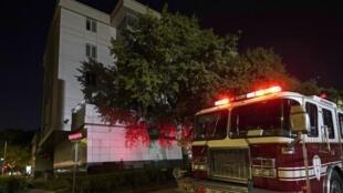 Un camion de pompiers devant le consulat chinois de Houston après que des voisins ont rapporté que ce qui ressemblait à des documents étaient brûlés à l'arrière du bâtiment le 22 juillet 2020.