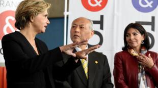 A prefeita de Paris Anne Hidalgo (direita) com o governador de Tóquio, Yoichi Masuzo e a presidente da Região Ile-de-France, Valérie Pécresse.