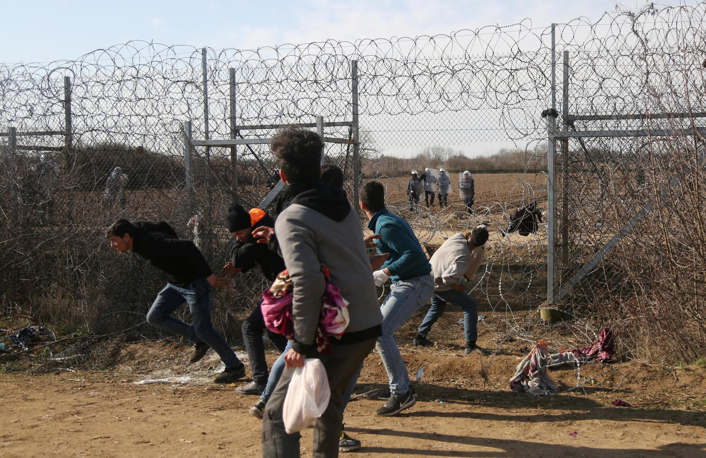 Enquanto a ofensiva militar continua, a situação se complica também na fronteira da Turquia com a Grécia, onde o governo afirma ter impedido a entrada de mais de cinco mil migrantes ilegais nas últimas 24 horas.