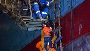 Des rescapés sont hissés à bord du navire Lifeline, affrété par l'ONG allemande du même nom, le 22 juin 2018, au large des côtes de la Libye.