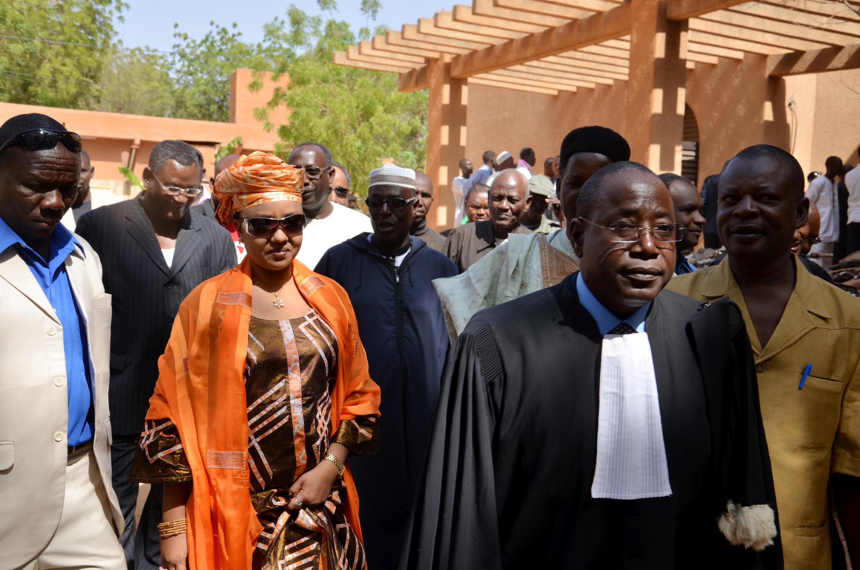 Au Niger, Hadidza, l'épouse d'Hama Amadou ressort libre du tribunal après que ce dernier ce soit déclaré incompétent pour juger l'affaire dite de supposition d'enfant (mars 2017)