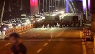 نظامیان ترکیه در شب کودتای پانزده ژوئیه ٢٠١٦