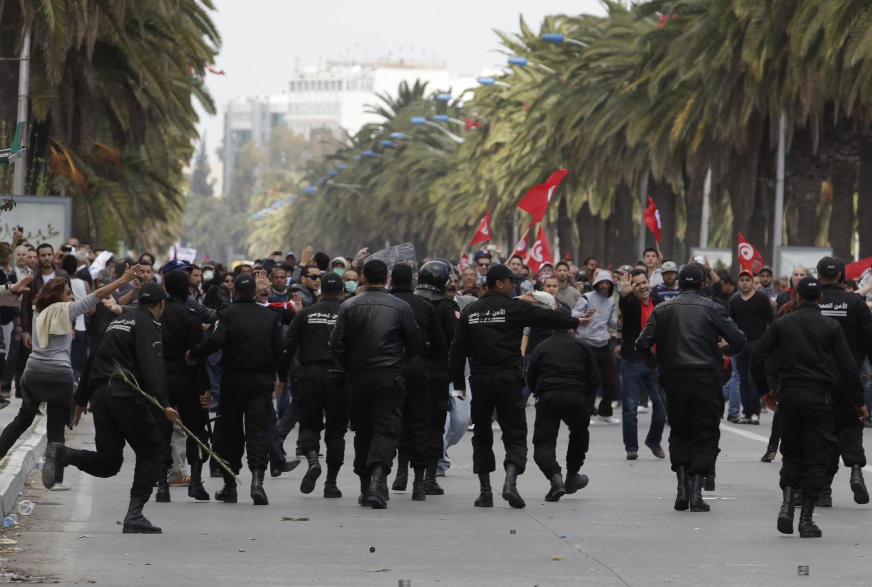 La police anti-émeutes était déployée en nombre dans le centre de Tunis pour empêcher l'accès des manifestants à l'avenue Bourguiba, le 9 avril 2012.