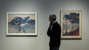 Un homme s'arrête devant une peinture de l'impressionniste Henri-Edmond Cross à Giverny, en mars 2018.