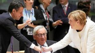 意大利总理孔特、德国总理默克尔和欧盟委员会主席容克在布鲁塞尔峰会上   2018年10月17日