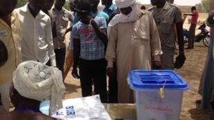 Opérations de vote à Toukra, à une quinzaine de kilomètres au sud de Ndjamena, en avril 2016.