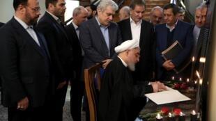 Téhéran, le 15 janvier 2020: le président Rohani (assis) paraphe une liste des victimes du crash de l'avion ukrainien, abattu le 8 janvier, à l'issue d'un conseil des ministres.