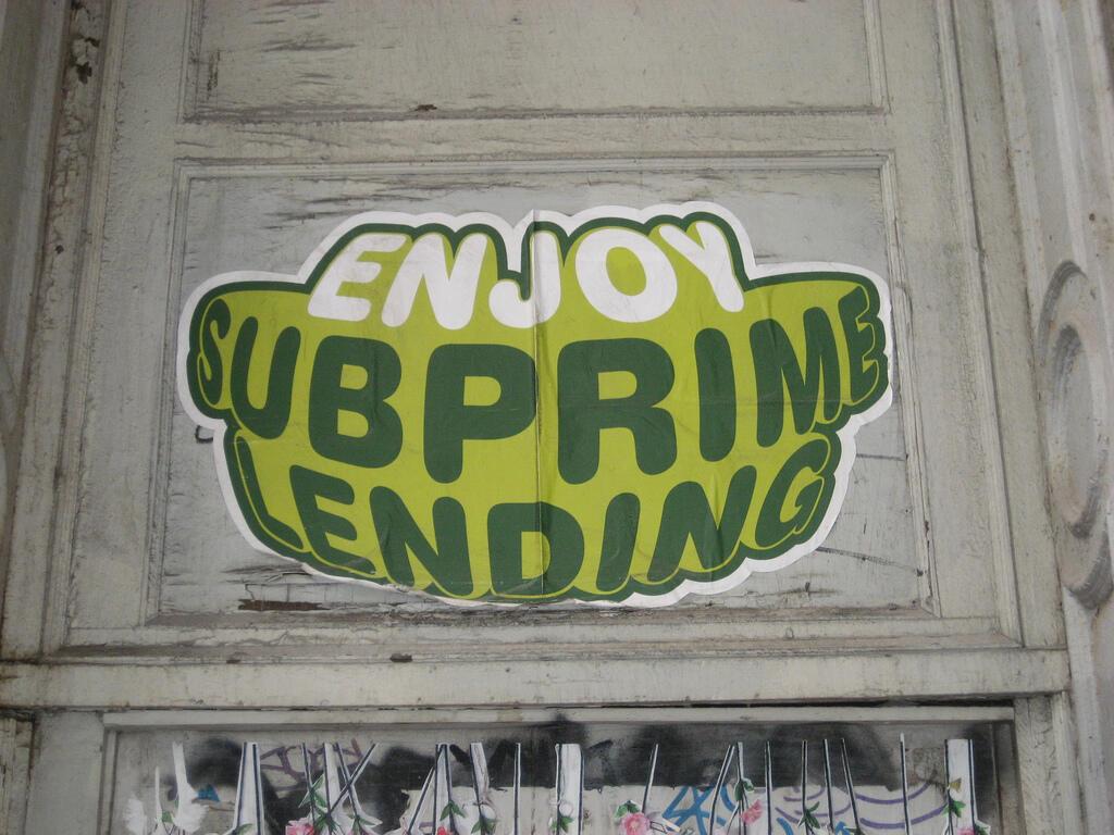 """Un graffiti """"Profitez bien des subprimes"""", à New York le 23 avril 2009."""