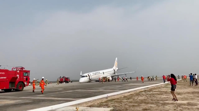 O bico do jato E-190 da Embraer da Myanmar Airlines ficou encostado na pista após o pouso de emergência no aeroporto internacional de Mandalay, norte de Mianmar.