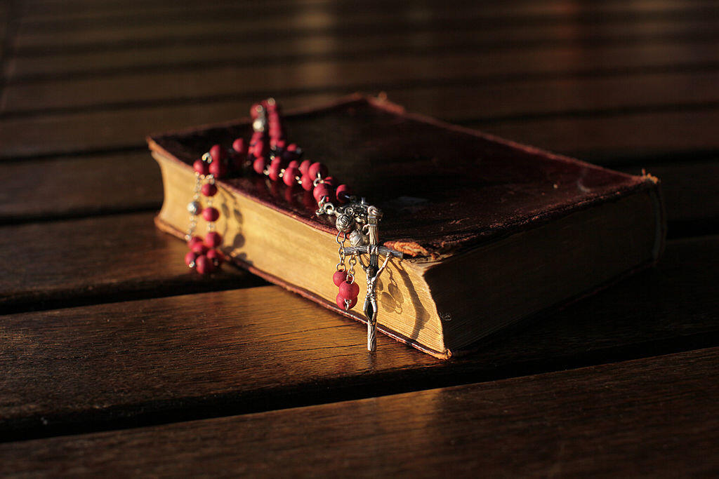 Vieille bible et chapelet.