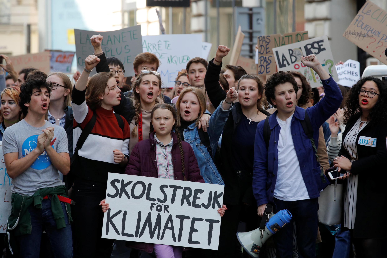 A ativista ambiental sueca de 16 anos, Greta Thunberg, e Anuna De Wever, uma ativista estudantil da economia belga, participam de um protesto reivindicando medidas urgentes para combater a mudança climática, em Paris, na França, em 22 de fevereiro de 2019.