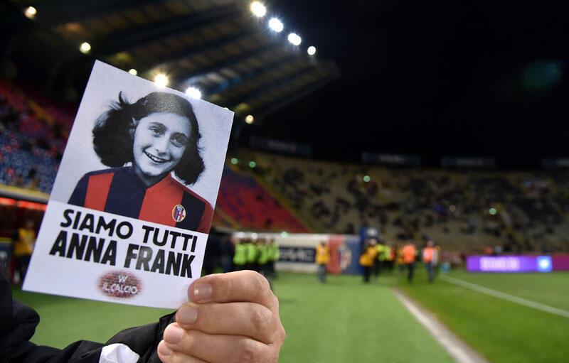 «Nous sommes tous Anne Franck», peut-on lire sur cette affiche concoctée par les gens de Bologne pour rendre hommage à la jeune déportée. Sur son dos, le maillot de l'équipe locale, une réponse aux tifosi de la Lazio.