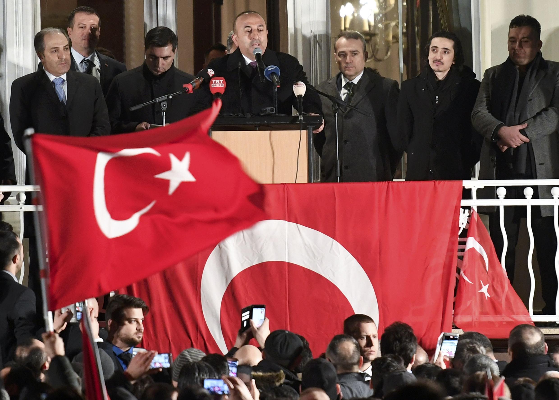 Ngoại trưởng Thổ Nhĩ Kỳ Mevlut Cavusoglu phát biểu tại một cuộc tập hợp vận động cử tri ở Hamburg, Đức ngày 07/03/2017.