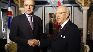 Tunisia's Prime Minister Beji Caid Sebsi (R) shakes hands with France's Foreign Minister Alain Juppé in Tunis April 20, 2011