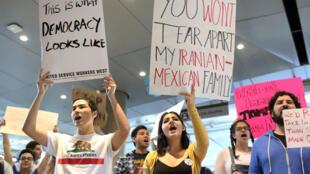 Biểu tình phản đối sắc lệnh cấm nhập cư của tổng thống Donald Trump ở phi trường quốc tế Los Angeles (LAX), California, ngày 31/01/ 2017.