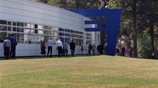 Des étudiants et leurs proches sur le campus de l'école des hautes études commerciales à Jouy-en-Josas, près de Paris.