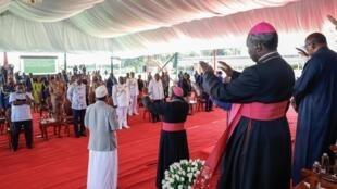 Viongozi wa kisiasa na wa kidini nchini Kenya wakifanya ibada na maobi dhidi ya dhidi ya ugonjwa hatari wa Covid-19 kwenye Ikulu ya rais jijini Nairobi, Machi 21, 2020.
