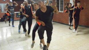 Maria Fernandez Ospina Yepez et Leonardo Valencia (au premier plan) durant un entraînement pour les compétitions de salsa à Cali.