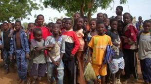 Photo de groupe pour les élèves de l'école communautaire de Bangassi