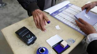 """برای نخستینبار در انتخابات پارلمانی افغانستان از دستگاه انگشتنگاری """"بیومتریک""""، استفاده خواهد شد. این اقدام برای کاهش امکان تقلب صورت میگیرد."""