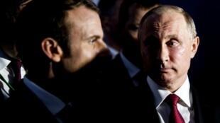 O presidente russo, Vladimir Putin (direita), e o presidente francês, Emmanuel Macron, no Palácio de Versalhes, em 29 de maio de 2017.