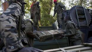 Des soldats maliens près du camp de l'armée dans la localité de Niono, centre du Mali, en janvier 2013.