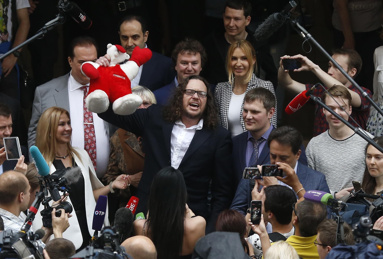 Сергей Полонский в окружении журналистов у здания Пресненского суда, 12 июля 2017.