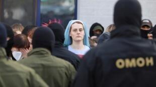 Femme manifestant et faisant face aux forces de l'ordre à Minsk, la capitale de la Biélorussie, le samedi 19 septembre 2020.