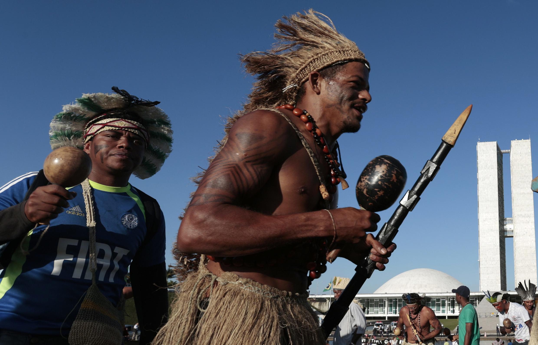 Protesto indígena em Brasília, em frente ao Congresso Nacional, em foto desta quarta-feira, 28 de maio de 2014.