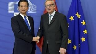 Chủ tịch Ủy ban Châu Âu Jean-Claude Juncker (P) tiếp thủ tướng Việt Nam Nguyễn Tấn Dũng, Bruxelles, 02/12/2015.