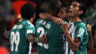 Mouhssine Lajour Raja Casablanca (2e G) célèbre son but contre l'Atletico Mineiro avec ses coéquipiers lors de leur match de football semi-finale de la Coupe du Monde des Clubs de la FIFA au stade de Marrakech 18 Décembre 2013.