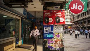 Passant avec smartphone dans les rues de New Delhi.