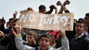 Des migrants qui ont quitté le hotspot manifestent dans le port de Chios, en Grèce, le 3 avril.