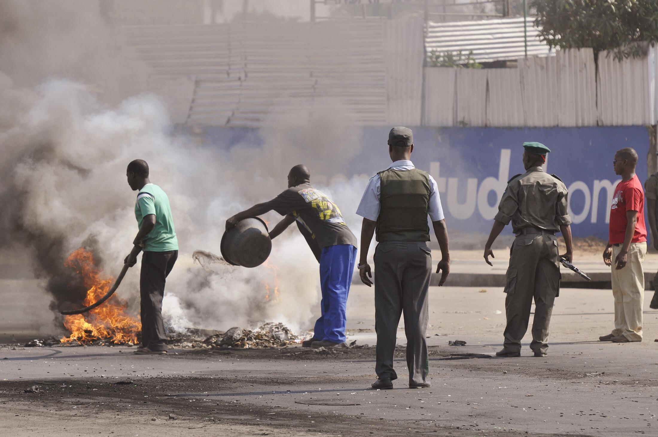 Polícia moçambicana e manifestantes em Maputo, capital de Moçambique.