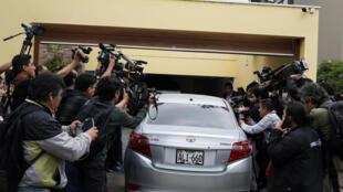 Un auto que se supone transporta a Alan García entra en su casa tras su salida de la embajada uruguaya, este 3 de diciembre de 2018 en Lima, Perú.