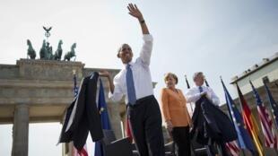 Le président américain Barack Obama, aux côtés de la chancelière allemande Angela Merkel et du maire de Berlin Klaus Wowereit, le 19 juin à la porte de Brandebourg.